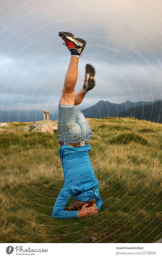 verkehrte Ansichten Mensch Frau Himmel Natur blau Sommer Erholung Landschaft Wolken Erwachsene Berge u. Gebirge Wiese feminin Bewegung Gras Luft