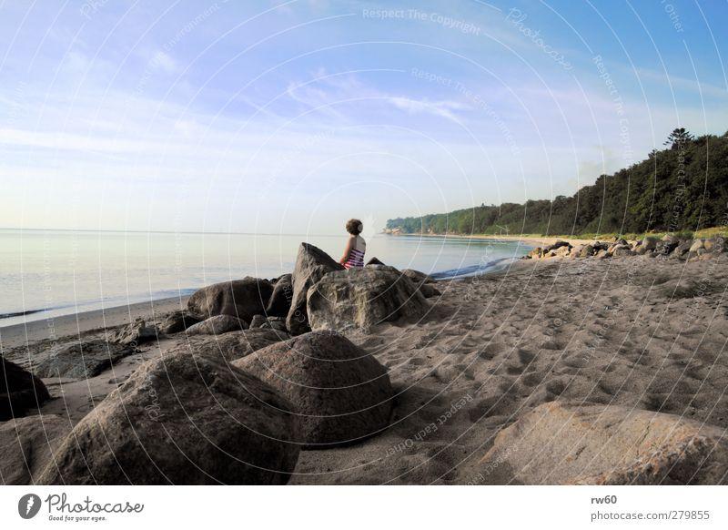 Strandpause Mensch Frau Himmel Natur Ferien & Urlaub & Reisen Baum Sonne Erwachsene Erholung feminin Küste Glück Sand Stein Gesundheit