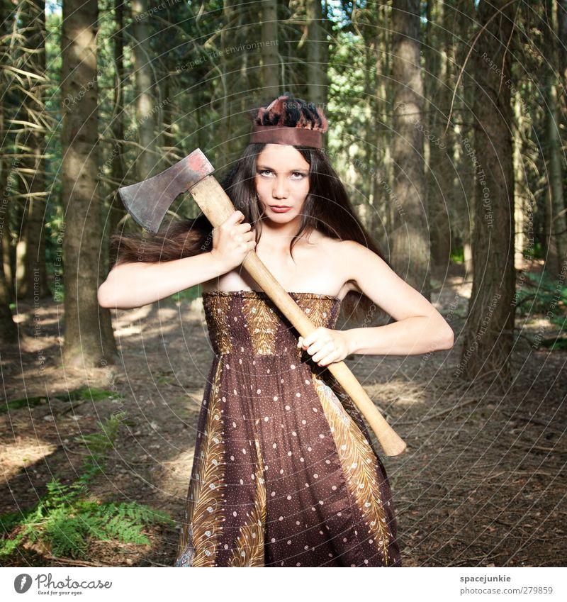 Mit der Axt im Walde Mensch feminin Junge Frau Jugendliche 1 18-30 Jahre Erwachsene Sommer Baum Sträucher außergewöhnlich gruselig braun selbstbewußt Coolness