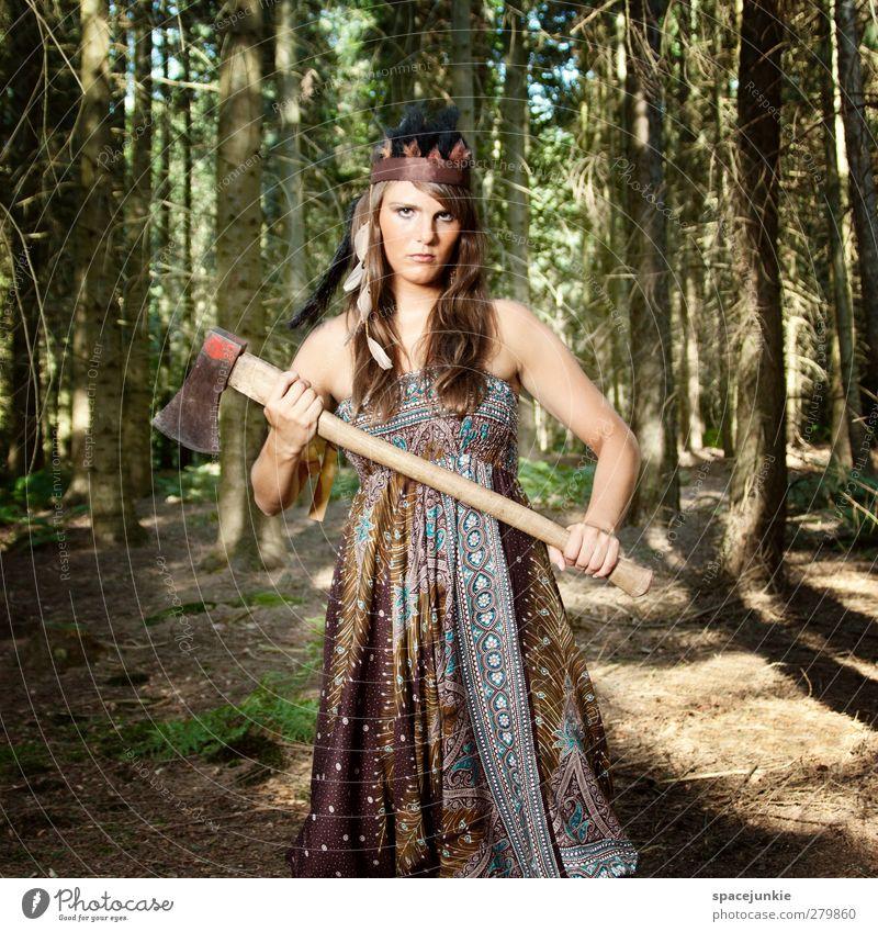 Mit der Axt im Walde (2) Mensch Natur Jugendliche grün Sommer Pflanze Baum Erwachsene Umwelt feminin Junge Frau braun 18-30 Jahre Feder bedrohlich