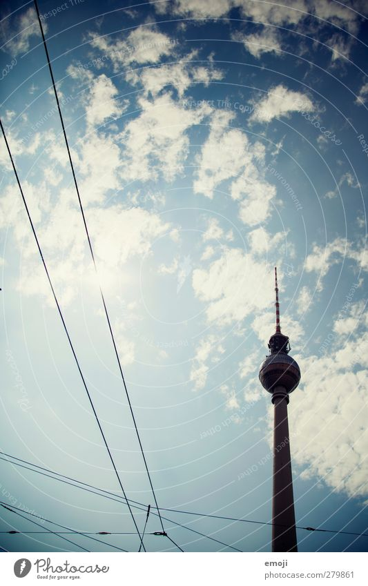 [b]eliebt Himmel nur Himmel Schönes Wetter Stadt Hauptstadt Verkehr Verkehrswege außergewöhnlich blau Berliner Fernsehturm Sehenswürdigkeit Farbfoto