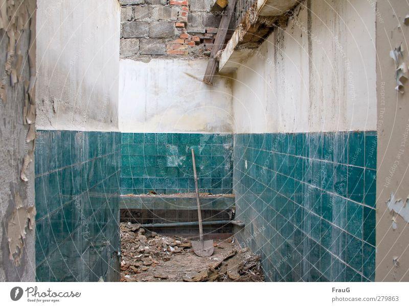 Ärmel hoch und los... Menschenleer Haus Mauer Wand Fliesen Glasfliesen Schaufel Beton Holz Backstein alt kaputt türkis Zerfall Vergänglichkeit Demontage Farbe