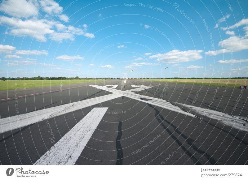 Flugfeld frei! Drachenfliegen Wolken Sommer Schönes Wetter Wiese Flughafen Sehenswürdigkeit Rollfeld Landebahn Kreuz Linie Streifen Unendlichkeit Wärme Stimmung