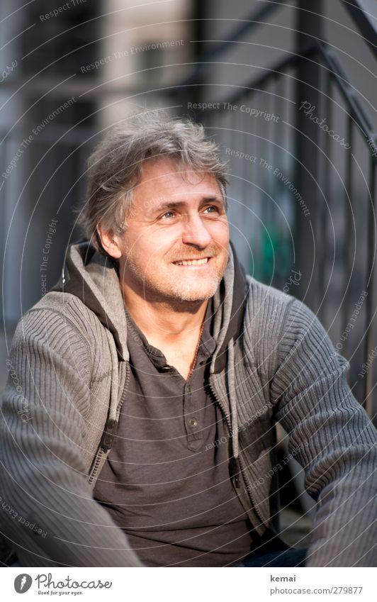 männlich | wenn nicht sogar strahlemännlich Mensch maskulin Erwachsene Körper Kopf Gesicht 1 45-60 Jahre Lächeln sitzen Freundlichkeit Fröhlichkeit Glück