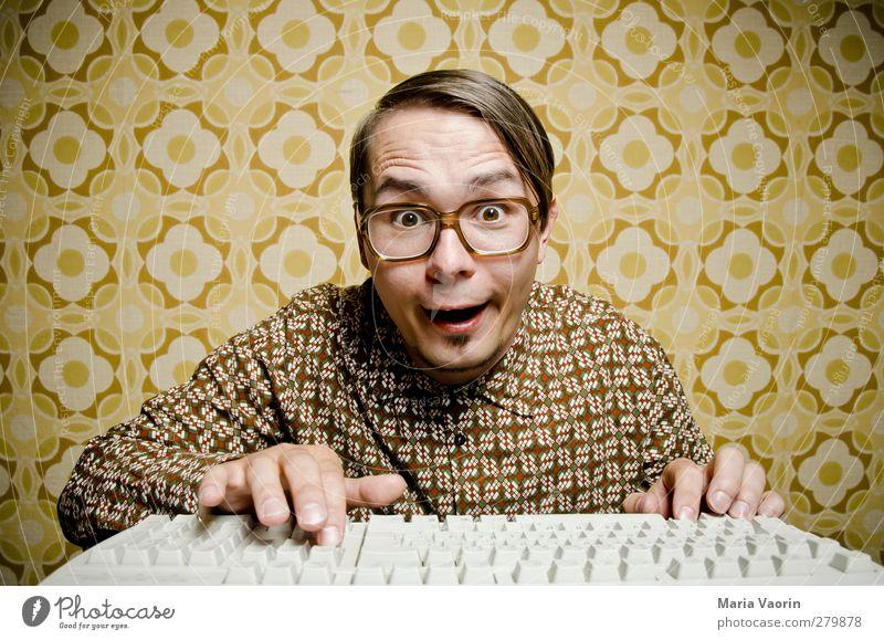 Retro-Charme Mensch Mann Freude Erwachsene Computer maskulin Brille Kommunizieren retro Bildung Neugier Student schreiben Hemd Tapete brünett