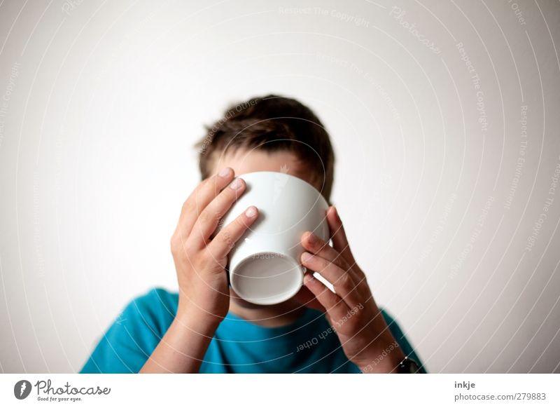 männlich | damit Du gross und stark wirst! Ernährung Essen Frühstück Junge Kindheit Jugendliche Leben 1 Mensch 8-13 Jahre festhalten trinken Tag Weitwinkel