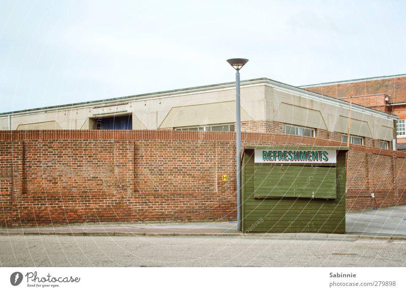 Refreshments Ferien & Urlaub & Reisen Stadt blau Himmel (Jenseits) grün rot Einsamkeit Haus Wand Gebäude Mauer Fassade Freizeit & Hobby geschlossen Pause