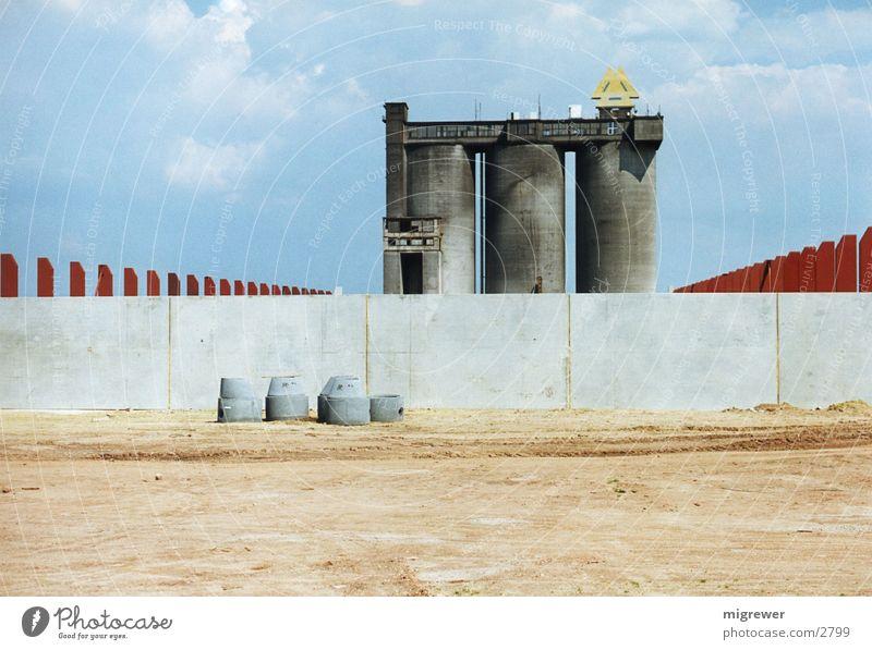 Bauland Mauer rot Beton Einsamkeit Architektur Sand leer