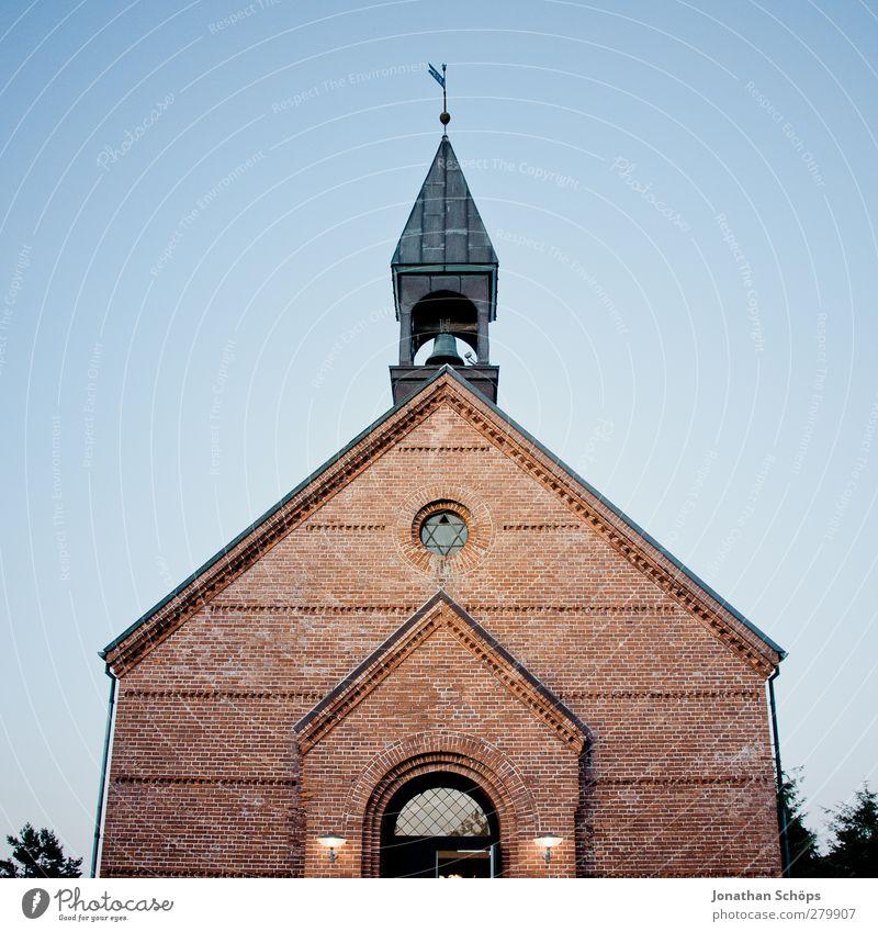 Kirchlein Architektur Religion & Glaube authentisch Kirche Hoffnung einfach Mitte Dorf Vertrauen Backstein aufwärts Abenddämmerung Wolkenloser Himmel Gott Christentum Symmetrie