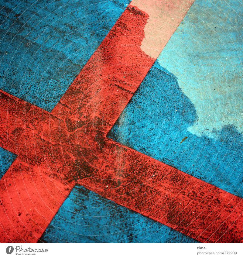 x Verkehrszeichen Verkehrsschild Kreuz Parkverbot Stein Zeichen Schilder & Markierungen Hinweisschild Warnschild blau rot türkis Asphalt Farbe Reifenspuren