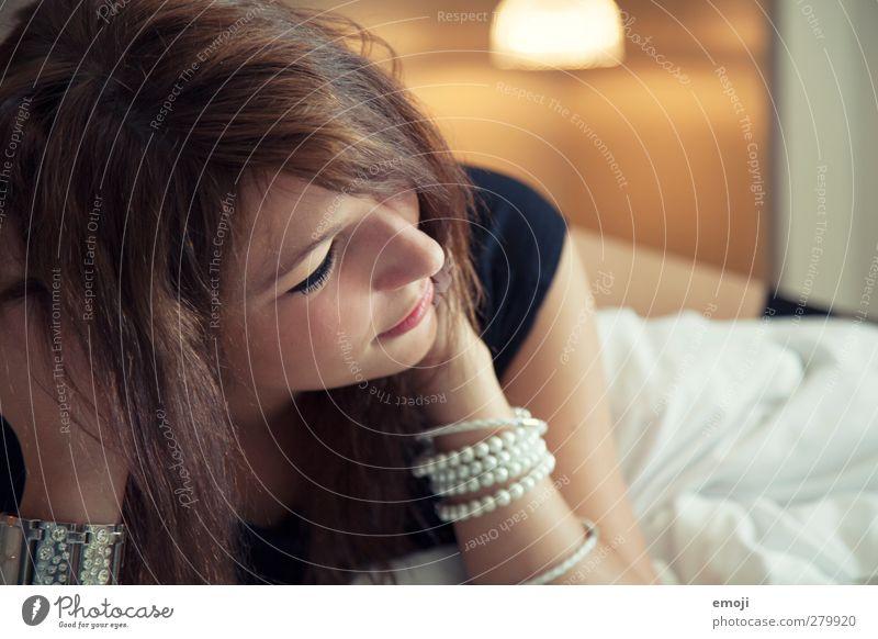 \\\ Mensch schön feminin Erotik Bett Schmuck brünett Accessoire Hotelzimmer