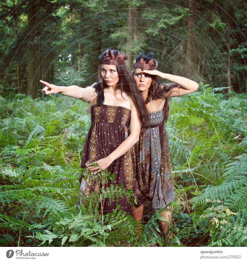Auf der Jagd Mensch feminin Junge Frau Jugendliche 2 18-30 Jahre Erwachsene Natur Pflanze Baum Sträucher Farn Wald beobachten außergewöhnlich braun grün