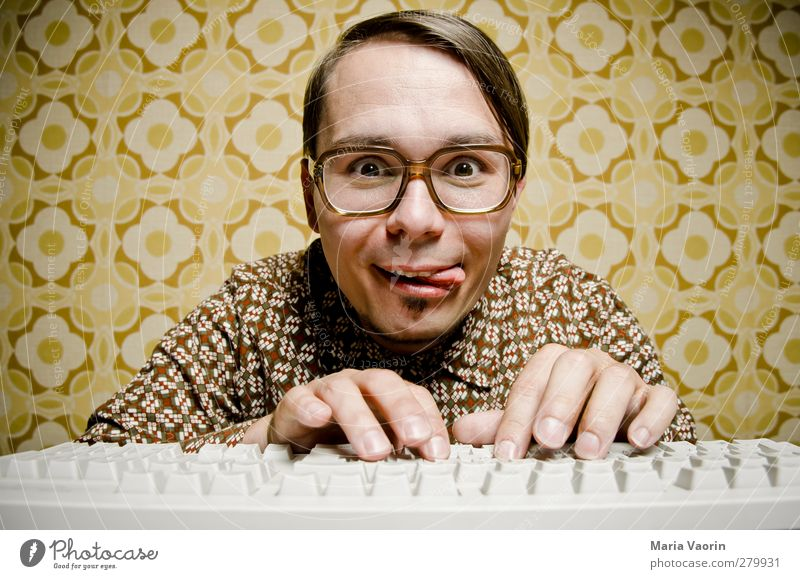 Der Hacker Mensch Mann Erwachsene Computer maskulin Brille Kommunizieren retro Internet Neugier Student schreiben Hemd Konzentration Tapete brünett