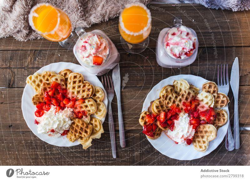 Appetitliche Waffeln mit Marmelade und leckeren Getränken auf dem Tablett auf dem Bett. trinken appetitlich geschmackvoll Beeren Teller Saft Milchshake Creme