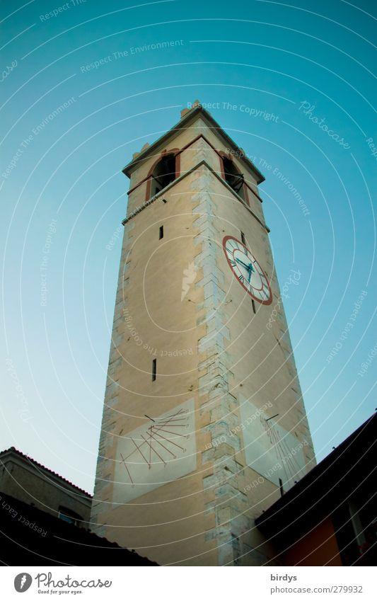 Vieluhrenturm Kirchturmuhr Sonnenuhr Wolkenloser Himmel Kirche ästhetisch eckig historisch hoch Stadt Verlässlichkeit Pünktlichkeit Religion & Glaube Höhe