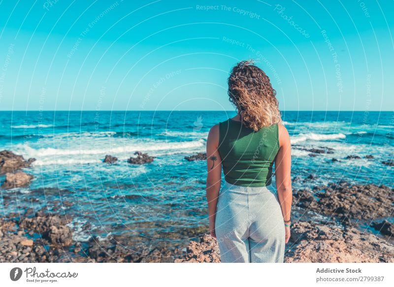Stilvolle Frau am Meer stehend Küste träumen Lifestyle Freizeit & Hobby ruhen