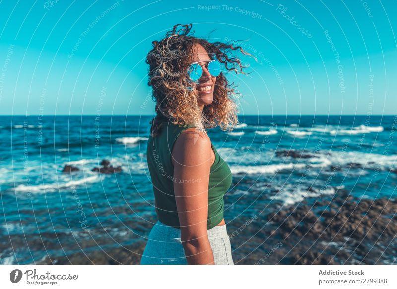 Stilvolle Frau am Meer stehend Küste träumen Lifestyle Freizeit & Hobby ruhen Erholung Wellen Wasser trendy lässig Sonnenbrille Himmel blau Schönes Wetter Dame