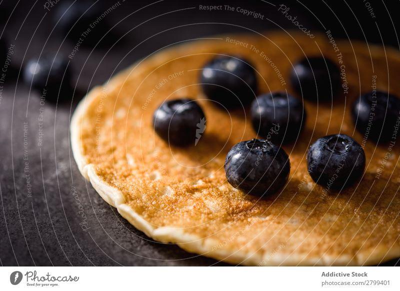 Frischer Pfannkuchen mit Heidelbeeren Blaubeeren Tischplatte Küche frisch Frühstück Lebensmittel Morgen Dessert appetitlich süß Gesundheit geschmackvoll lecker