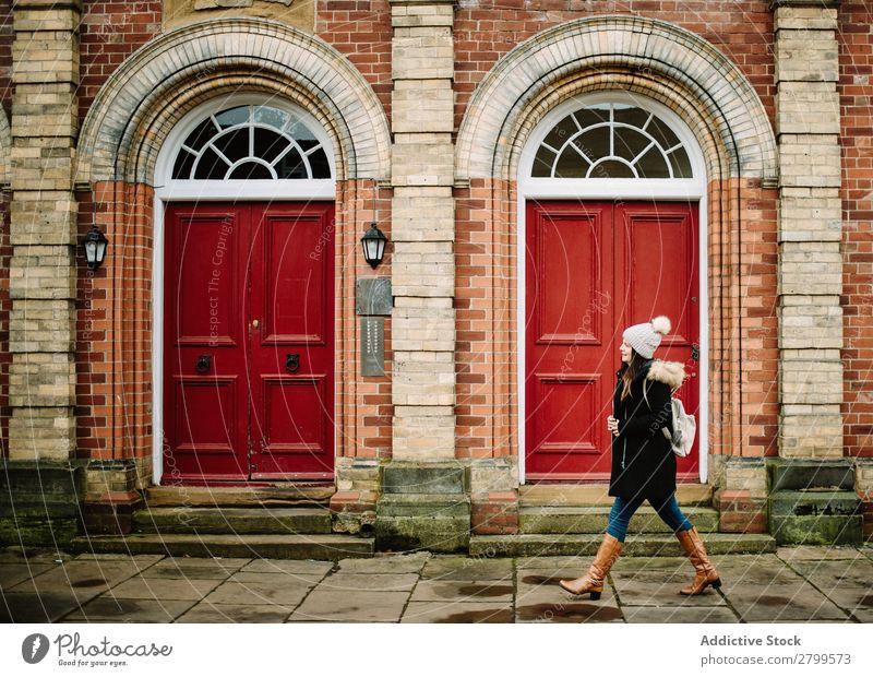 Frau geht durch rote Türen Tourist Straße laufen York England Ferien & Urlaub & Reisen Tourismus Großstadt Jugendliche Mensch Lifestyle Rucksack Gebäude