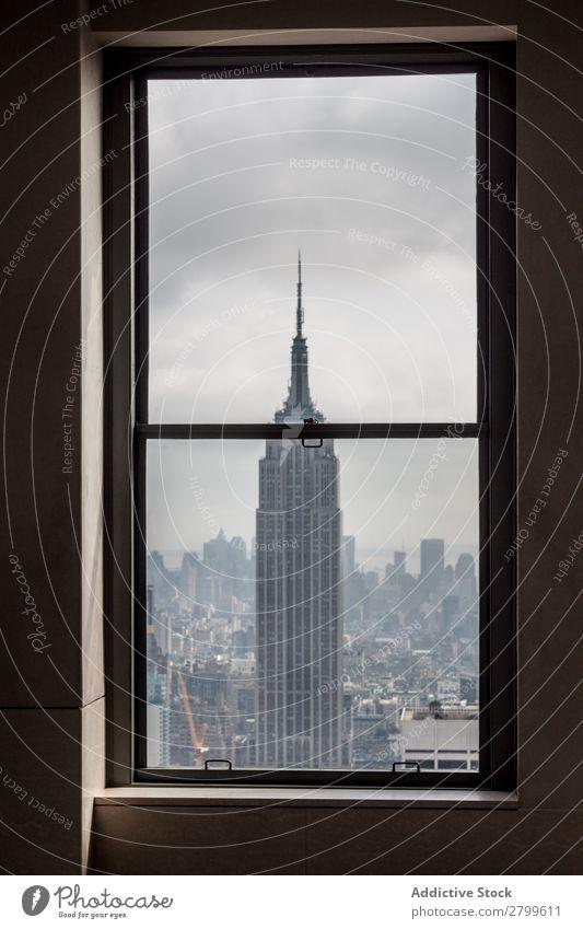 Blick aus dem Fenster auf den hohen Turm der Stadt Großstadt Empire State Building New York State erstaunlich Aussicht Höhe Hochhaus Himmel Wolken Regen