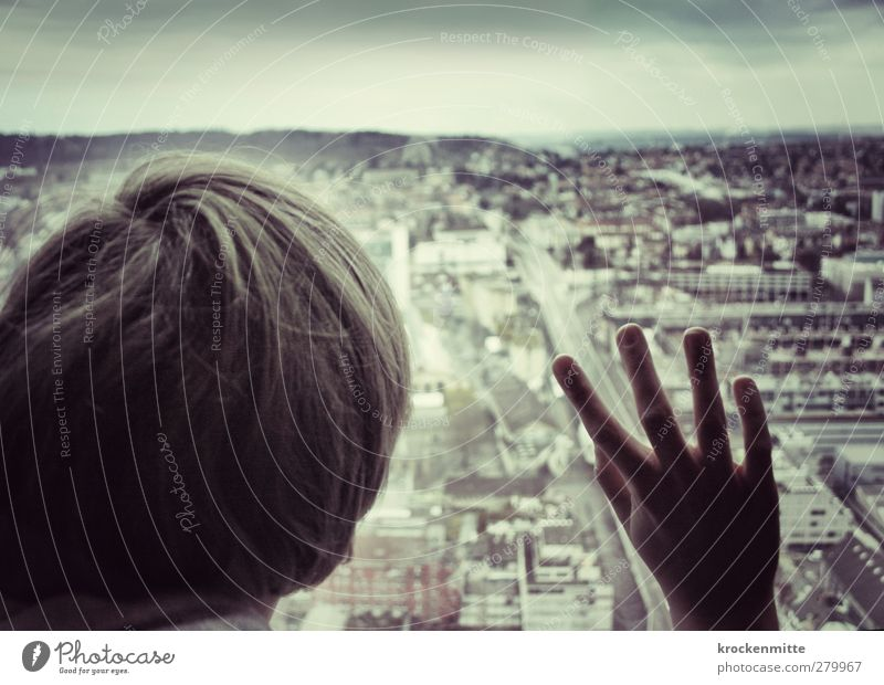 Hello World II Mensch Kind Stadt Hand Straße Haare & Frisuren Architektur Gebäude Junger Mann Horizont Kindheit maskulin Finger beobachten Aussicht Bauwerk