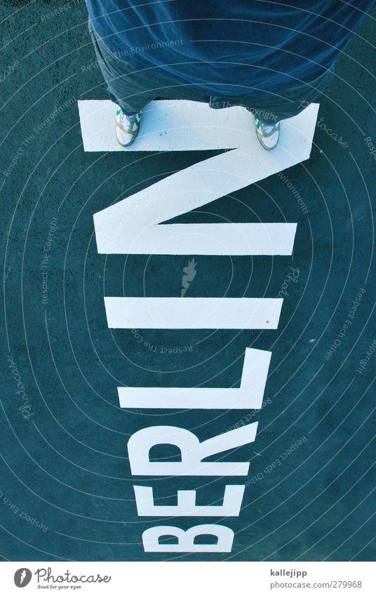 berlin - ick steh uf dir Mensch maskulin Beine Fuß 1 Stadt Hauptstadt Zeichen Schriftzeichen Graffiti stehen Berlin Turnschuh Skyline Farbfoto Außenaufnahme