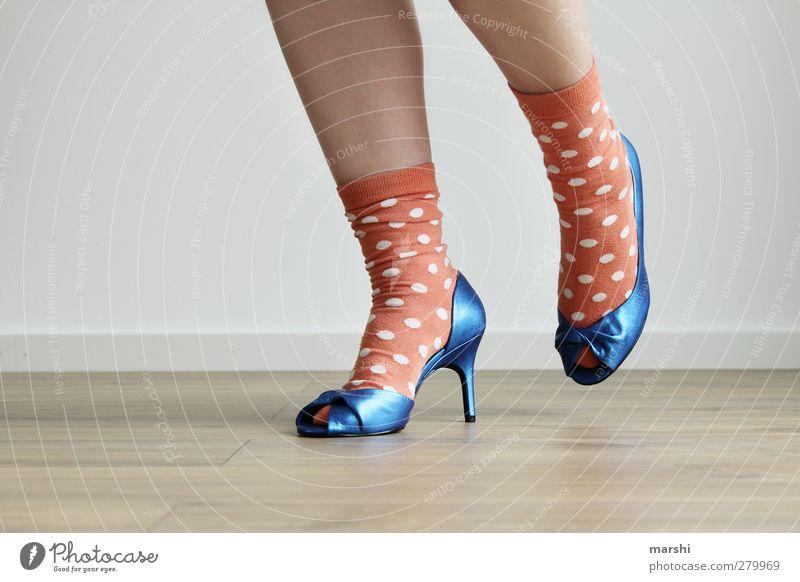 aufm Sprung Lifestyle Stil Mensch feminin Junge Frau Jugendliche Fuß blau orange Damenschuhe Mode Strümpfe gepunktet stilbruch Stilrichtung springen Laufsport
