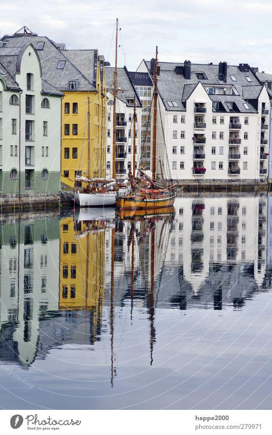 Hafen Alesund Norwegen Fischerdorf Stadt Menschenleer Haus Fassade Sehenswürdigkeit Segelboot Segelschiff blau braun gold weiß Farbfoto Außenaufnahme Tag