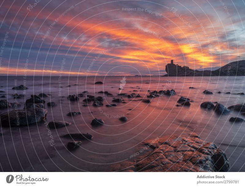 Sonnenuntergang Himmel über dem Meer und steiniger Küste Stein Abend Natur Spanien