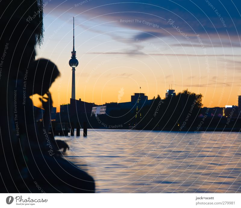 Abendstimmung an der Spree harmonisch Himmel Sommer Schönes Wetter Flussufer Hauptstadt Sehenswürdigkeit Wahrzeichen Berliner Fernsehturm orange Stimmung
