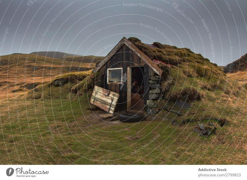 Beschädigte Hütte auf dem Land schäbig Landschaft Island kaputt Tür Moos Gras