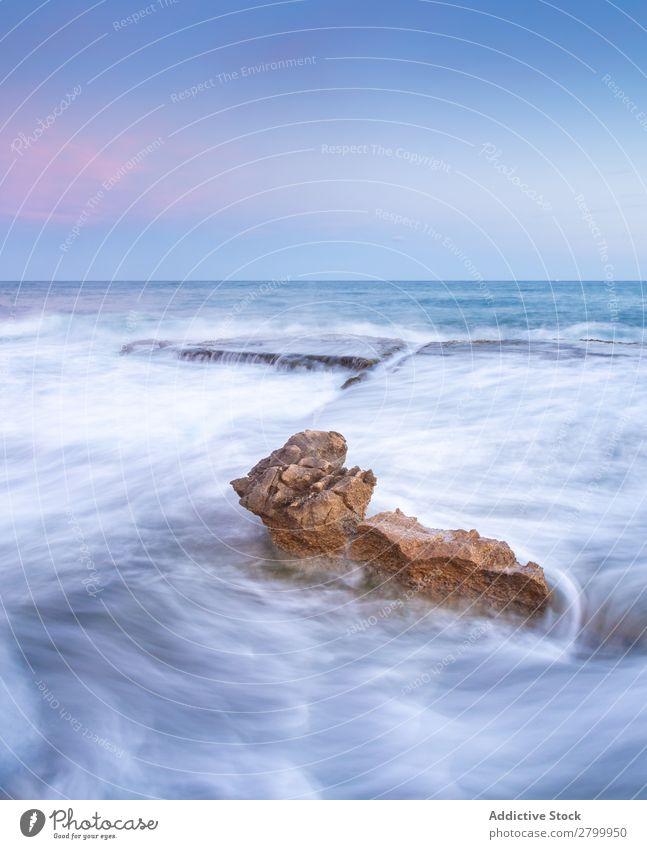 Erstaunliche Steine am Ufer in der Nähe von Wasser und blauem Himmel Küste Wolken erstaunlich Nebel Meer Oberfläche Sonnenuntergang Himmel (Jenseits) Felsen