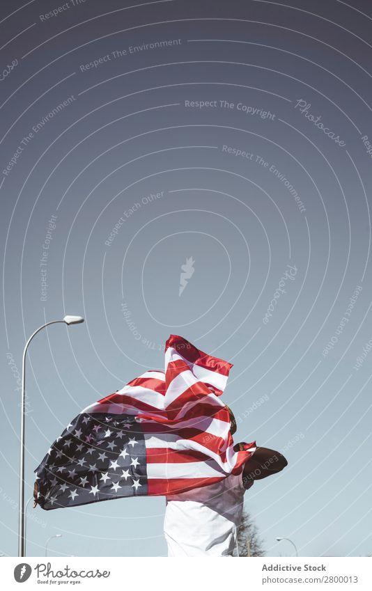 Lässiger Mann mit amerikanischer Flagge auf der Straße Fahne winkend Amerikaner Halt patriotisch USA Ferien & Urlaub & Reisen Feste & Feiern Freiheit Länder