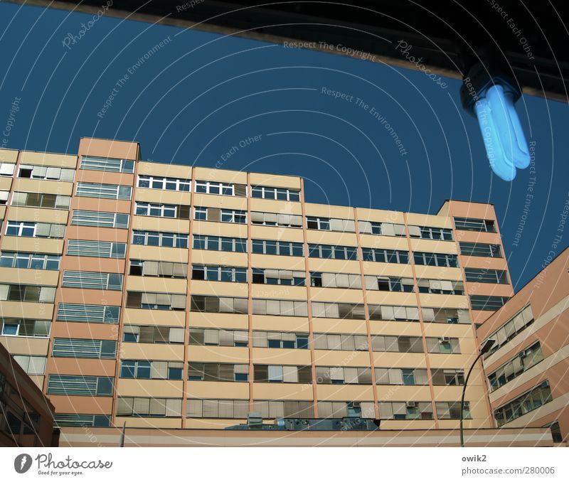 Im Blaulichtbezirk Wolkenloser Himmel Klima Schönes Wetter Stadtzentrum Haus Hochhaus Bauwerk Gebäude Architektur Hotel Fassade Fenster leuchten eckig einfach