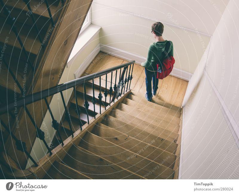 2,5 Treppen Haus gehen Treppenhaus Treppengeländer Treppenabsatz abwärts steigen Tasche Frau Geometrie Stadt trendy Innenaufnahme