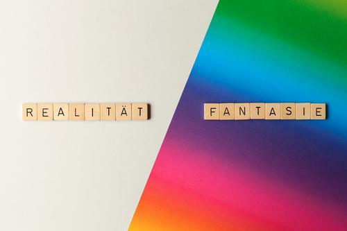 Realität / Fantasie Spielen Papier Holz Schriftzeichen Unendlichkeit Neugier Sehnsucht Gesellschaft (Soziologie) Zufriedenheit Idee einzigartig innovativ