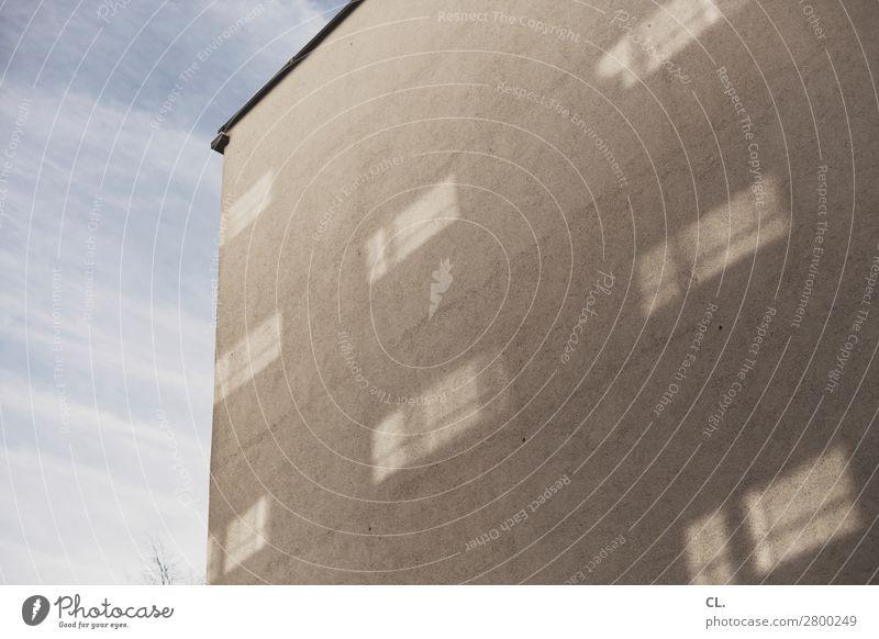 reflexionen Himmel Schönes Wetter Stadt Menschenleer Haus Gebäude Architektur Mauer Wand Fenster ästhetisch eckig blau grau Farbfoto Außenaufnahme Tag Licht