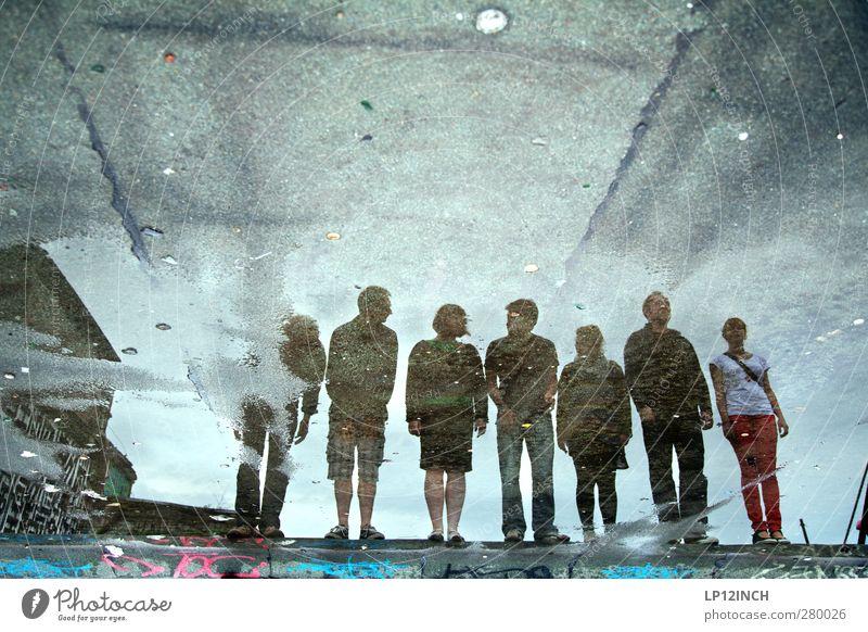 Antreten...Stillgestanden! Mensch Frau Mann Jugendliche Wasser Erwachsene dunkel Graffiti feminin Junge Frau Menschengruppe Junger Mann 18-30 Jahre Zusammensein maskulin warten