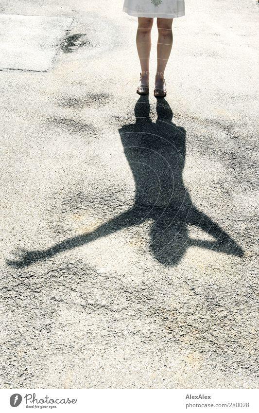 Schattenspiele Mensch Frau schön Erwachsene Ferne feminin Sport Spielen Beine Fuß Horizont glänzend Zufriedenheit authentisch frei stehen