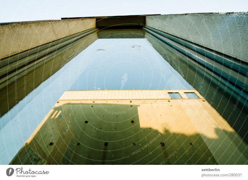 Das Haus im Spiegel Pflanze Baum Stadt Hauptstadt Stadtzentrum Altstadt Bauwerk Gebäude Architektur Mauer Wand Fenster gut schön Altbau Berlin Etage Hinterhof