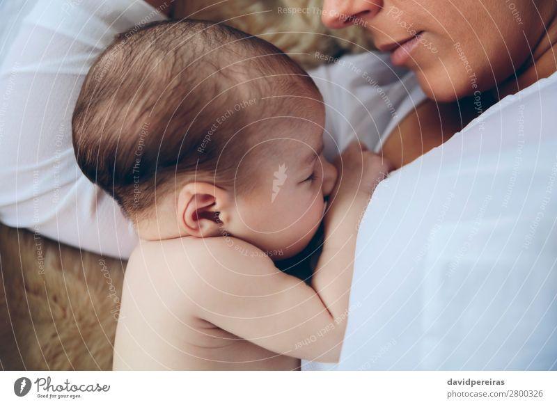 Neugeborenes liegt auf dem Bett und wird von ihrer Mutter umarmt. Lifestyle elegant schön Kind Mensch Baby Frau Erwachsene Familie & Verwandtschaft Fluggerät