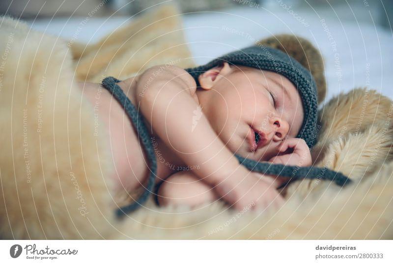Baby Mädchen mit Pomponhut schlafend schön ruhig Schlafzimmer Kind Mensch Frau Erwachsene Mund Hut Liebe träumen authentisch klein nackt niedlich bequem