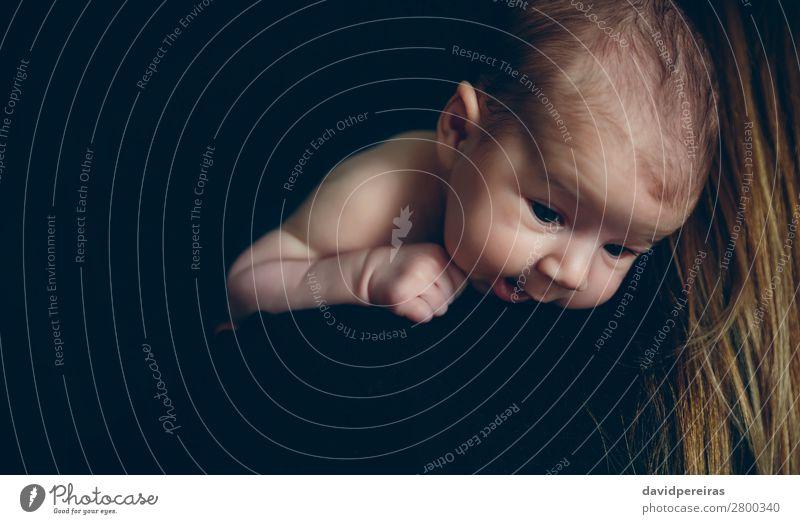 Baby hält sich an der Schulter ihrer Mutter fest. Lifestyle Glück schön Kind Mensch Frau Erwachsene Familie & Verwandtschaft Liebe tragen Umarmen authentisch
