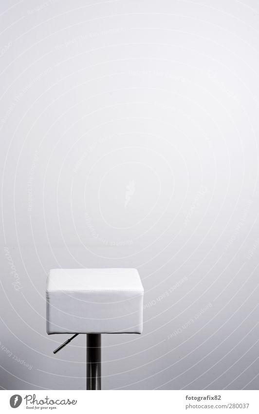 waiting wishing Leder silber weiß Einsamkeit Stuhl Aluminium Büroeinrichtung Wand Hocker leer Farbfoto Innenaufnahme Menschenleer Textfreiraum rechts