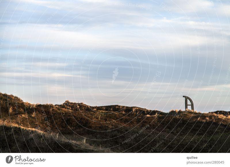 Der Schlitten steckt fest Himmel Natur blau weiß Freude Wolken Landschaft braun Idylle Hügel Zeichen skurril bizarr
