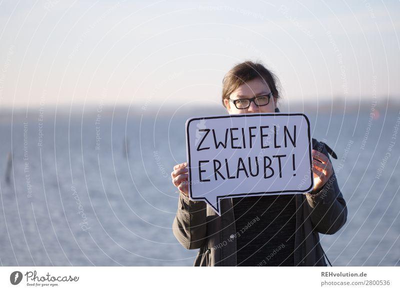 Frau mit Sprechblase Text festhalten Hinweisschild Schilder & Markierungen Schriftzeichen Erwachsene feminin Kommunikation Porträt Natur See Brille Mensch