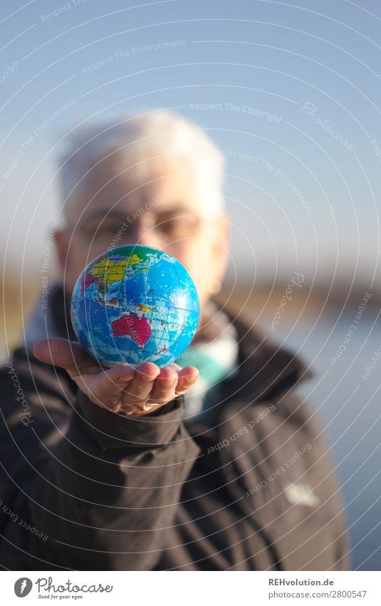Seniorin hält eine Weltkugel Mensch feminin Frau Erwachsene Weiblicher Senior Großmutter Leben 1 60 und älter Umwelt Natur Himmel Klima Klimawandel Globus Erde