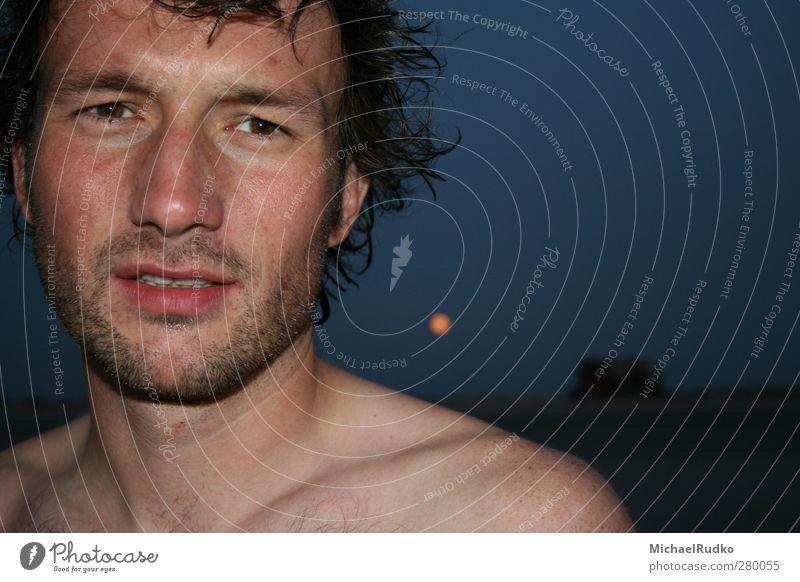 Mann vor dem Mond Mensch Jugendliche Erwachsene Gesicht Erholung Ferne Liebe Leben nackt Haare & Frisuren Freiheit Kopf Junger Mann träumen Gesundheit