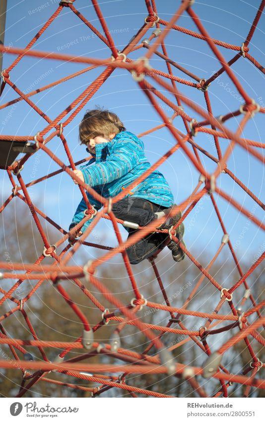 Kinder klettert auf dem Spielplatz nachdenken strategie Herausforderung Netz Seile Wolkenloser Himmel Mensch Junge Kindheit 3-8 Jahre Frühling Schönes Wetter