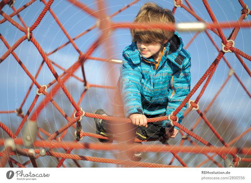 Kind auf einem Spielplatz Mädchen Ganzkörperaufnahme Tag Außenaufnahme Farbfoto Angst festhalten hoch oben spielerisch Seil Klettern Abenteuer anstrengen